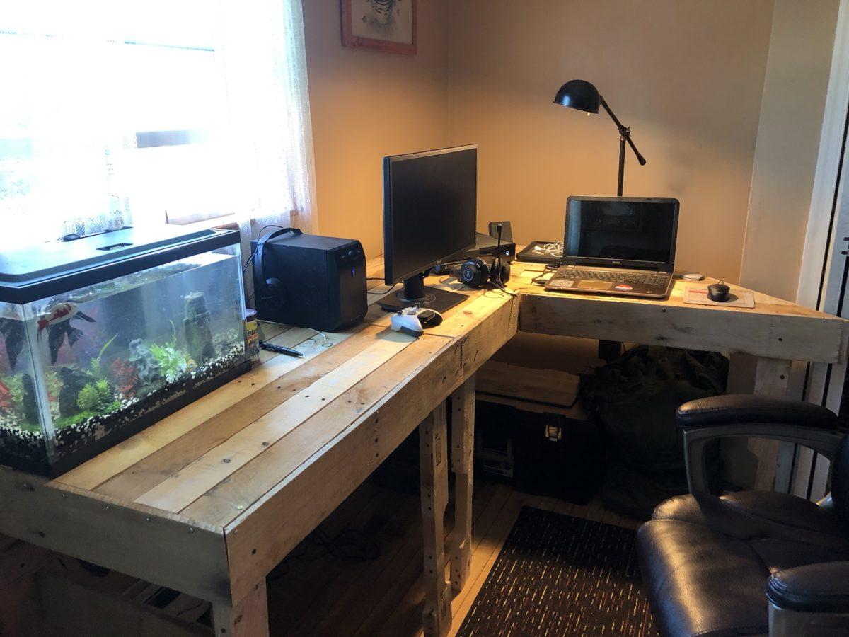 scrivania-fai-da-te-pallet-angolare