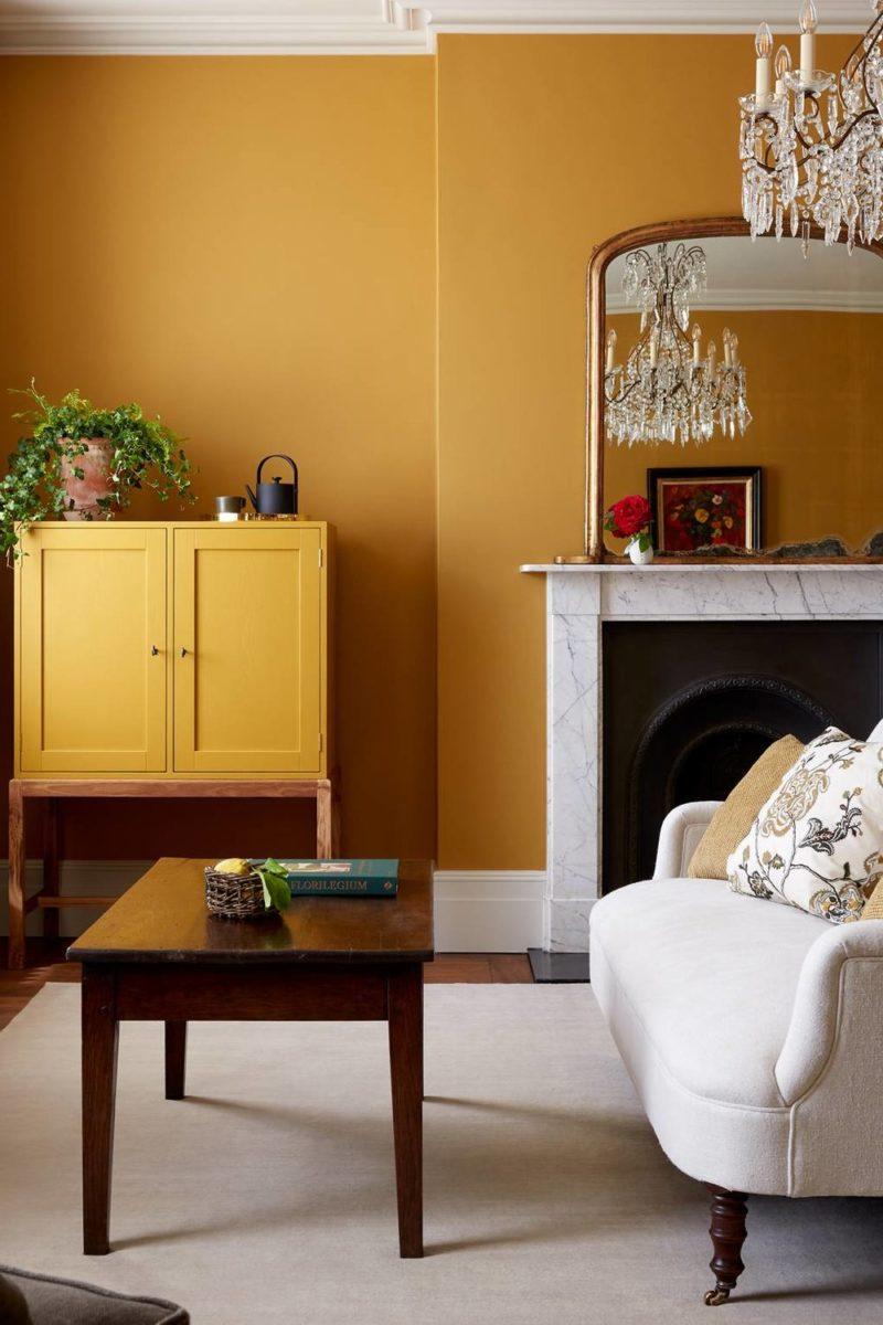 soggiorno-giallo-senape-classico-camino