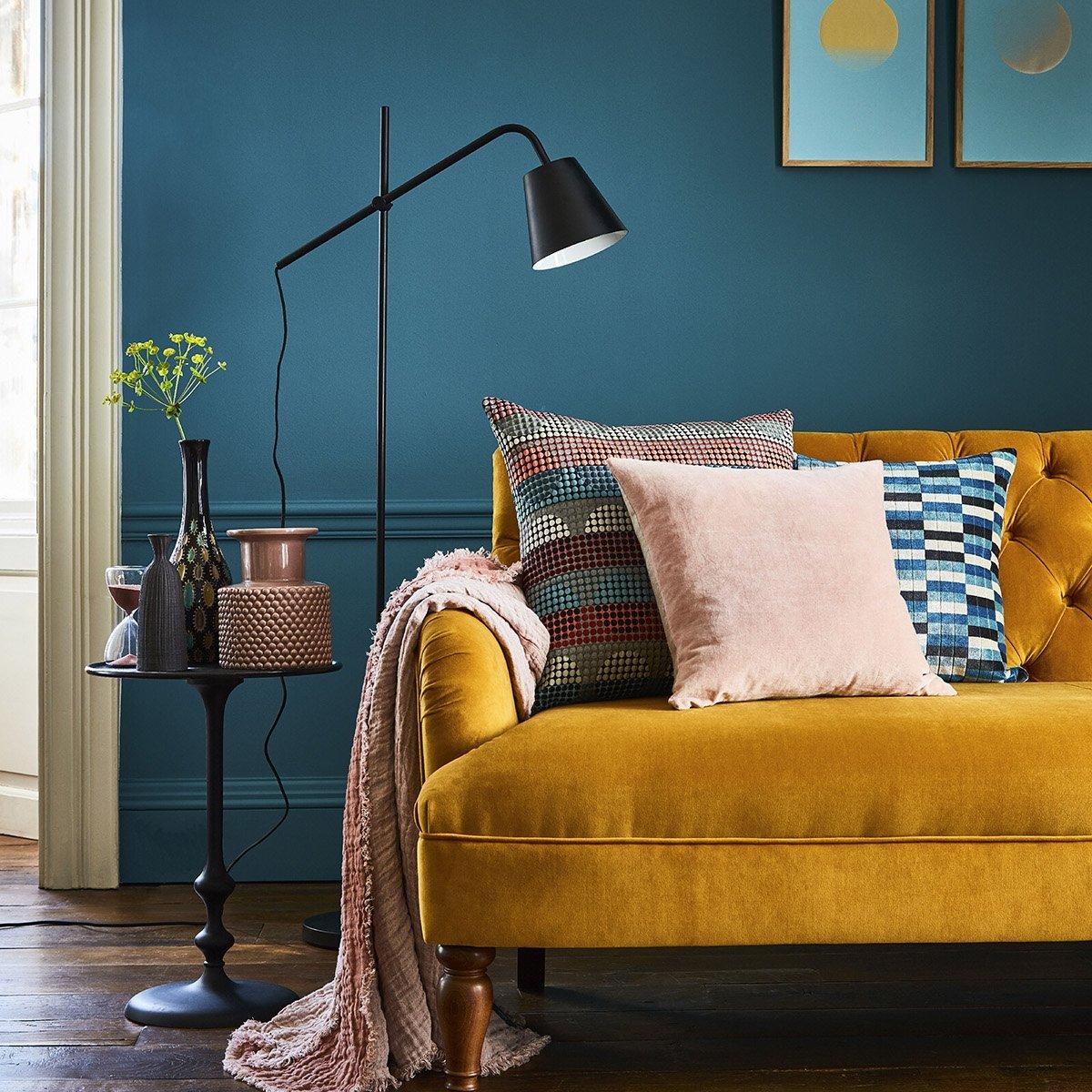 soggiorno-giallo-senape-divano-classico