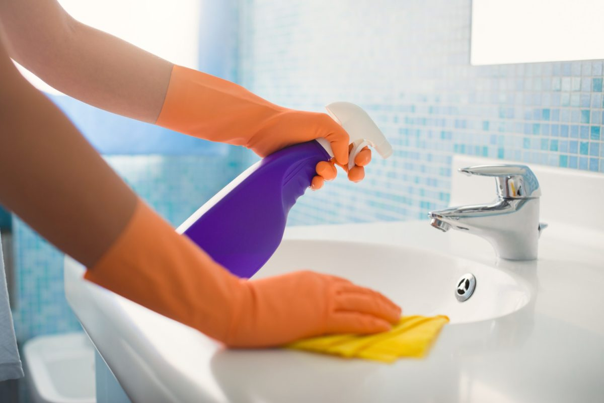 come-pulire-sanitari-bagno-lavabo-1