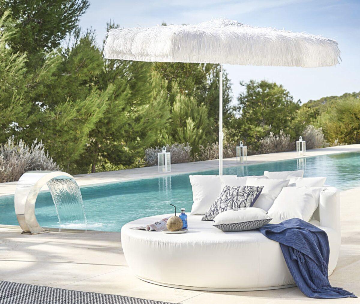 Maisons-du-Monde-divano-da-giardino-rotondo-2-posti-in-tessuto-spalmato-bianco