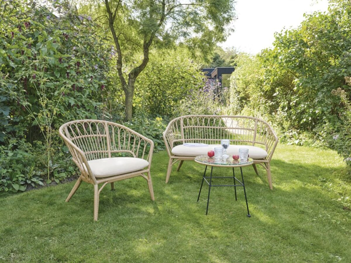 maisons-du-monde-estate-2020-tavolino-da-giardino-in-resina-effetto-rattan-e-metallo-nero