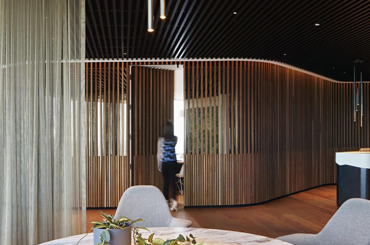 Boiserie-contemporanee-5-modi-chic-e-3-consigli-per-rivestire-pareti-e-soffitti13