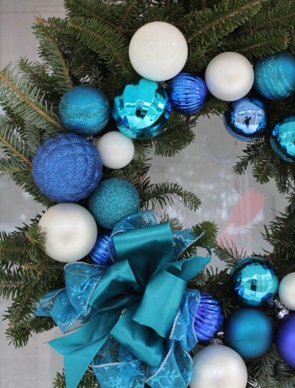 Decorazioni natalizie in azzurro: come rendere la casa chic e incantata