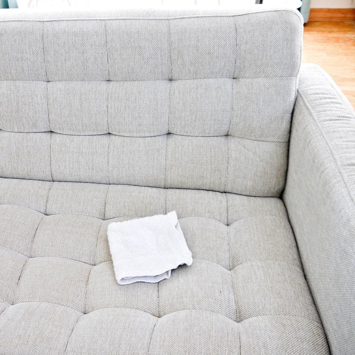 togliere-macchie-biro-divano-10