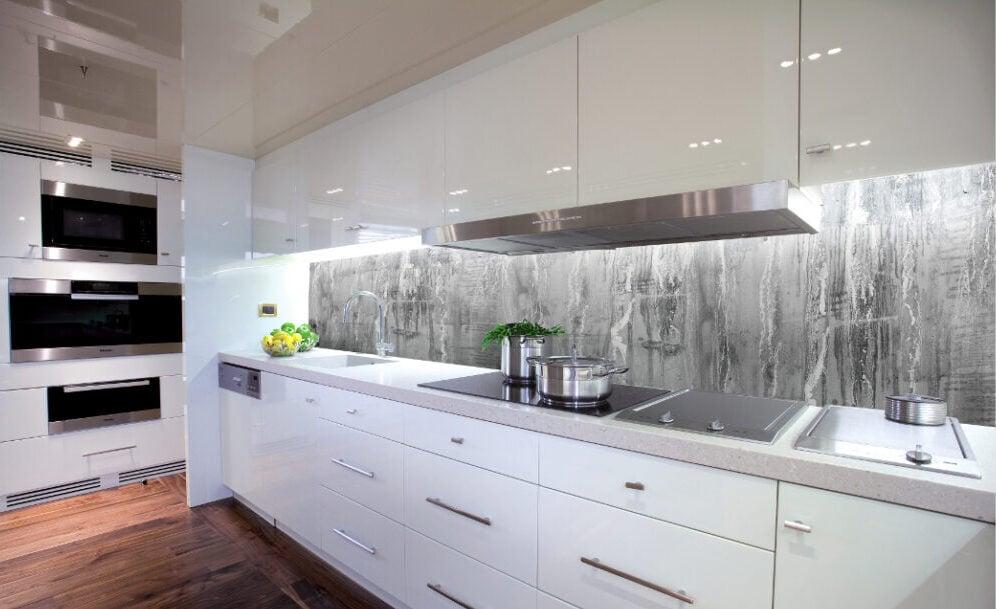 I migliori materiali per la parete antischizzo in cucina