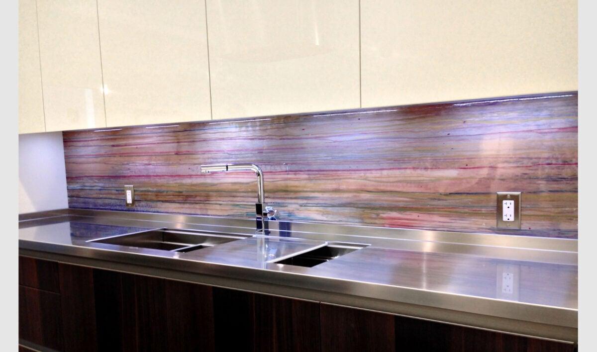 I-migliori-materiali-per-la-parete-antischizzo-in-cucina-2303