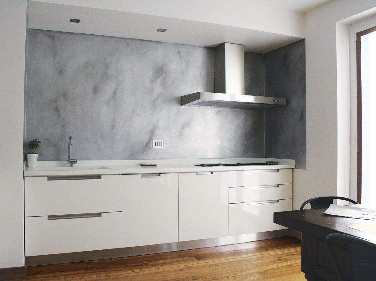I-migliori-materiali-per-la-parete-antischizzo-in-cucina-2307