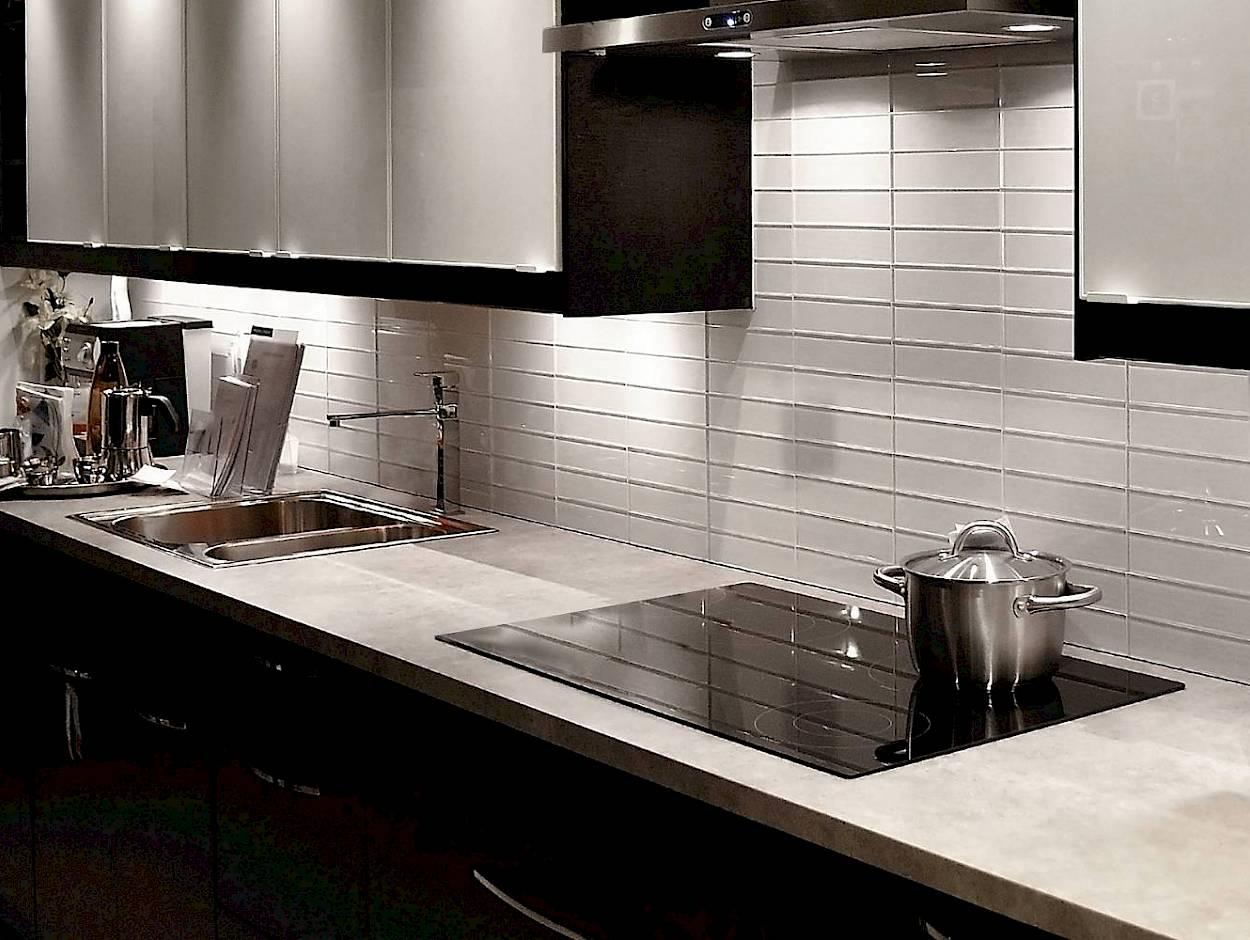 I-migliori-materiali-per-la-parete-antischizzo-in-cucina-2312