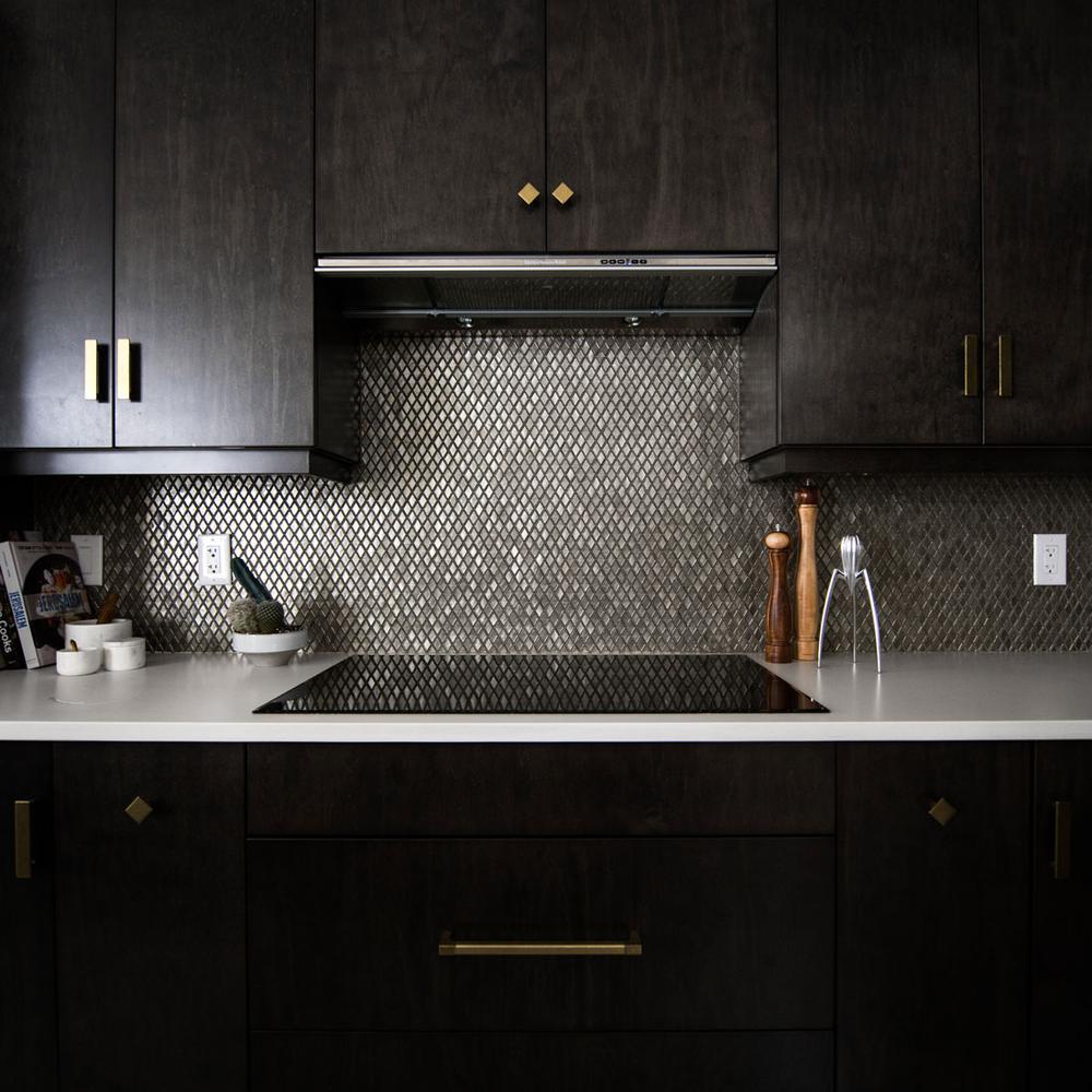 I-migliori-materiali-per-la-parete-antischizzo-in-cucina-2315
