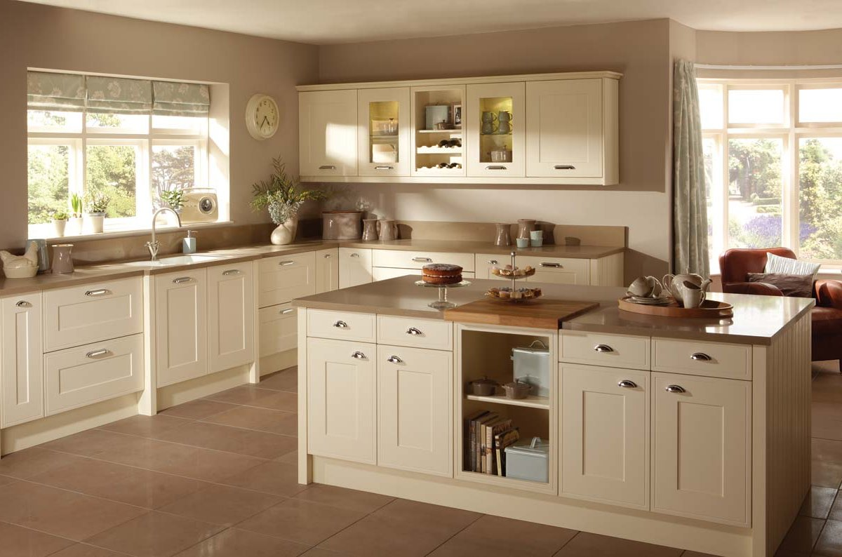 Cucina con pareti color sabbia: soluzioni per tutti gli stili