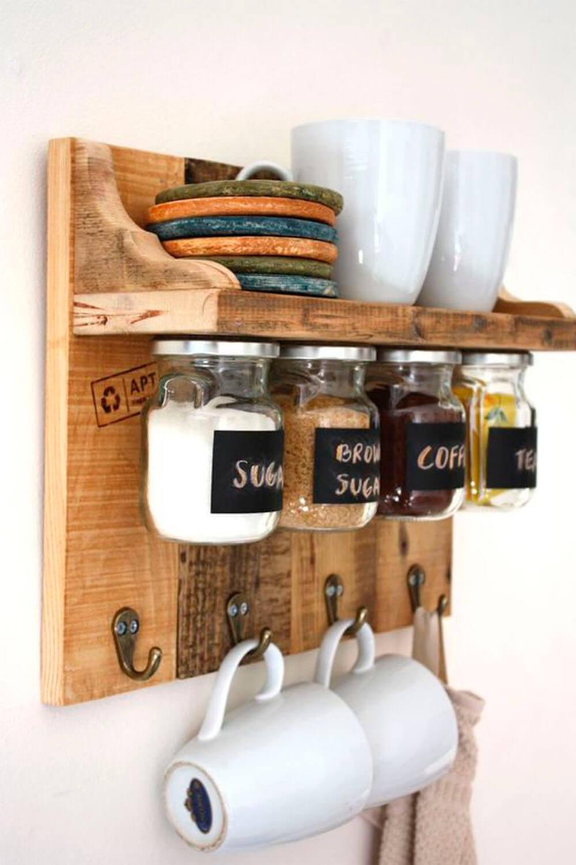 idee-appendere-sistemare-tazze-cucina-scaffale