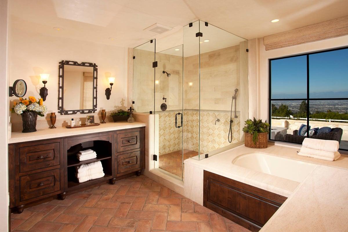 Come scegliere i rivestimenti migliori per un bagno con pavimento in cotto