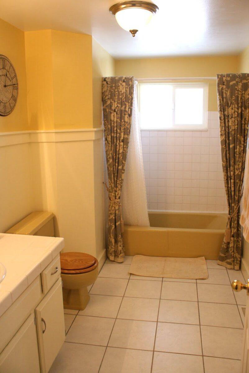 bagno-pareti-giallo-senape 1