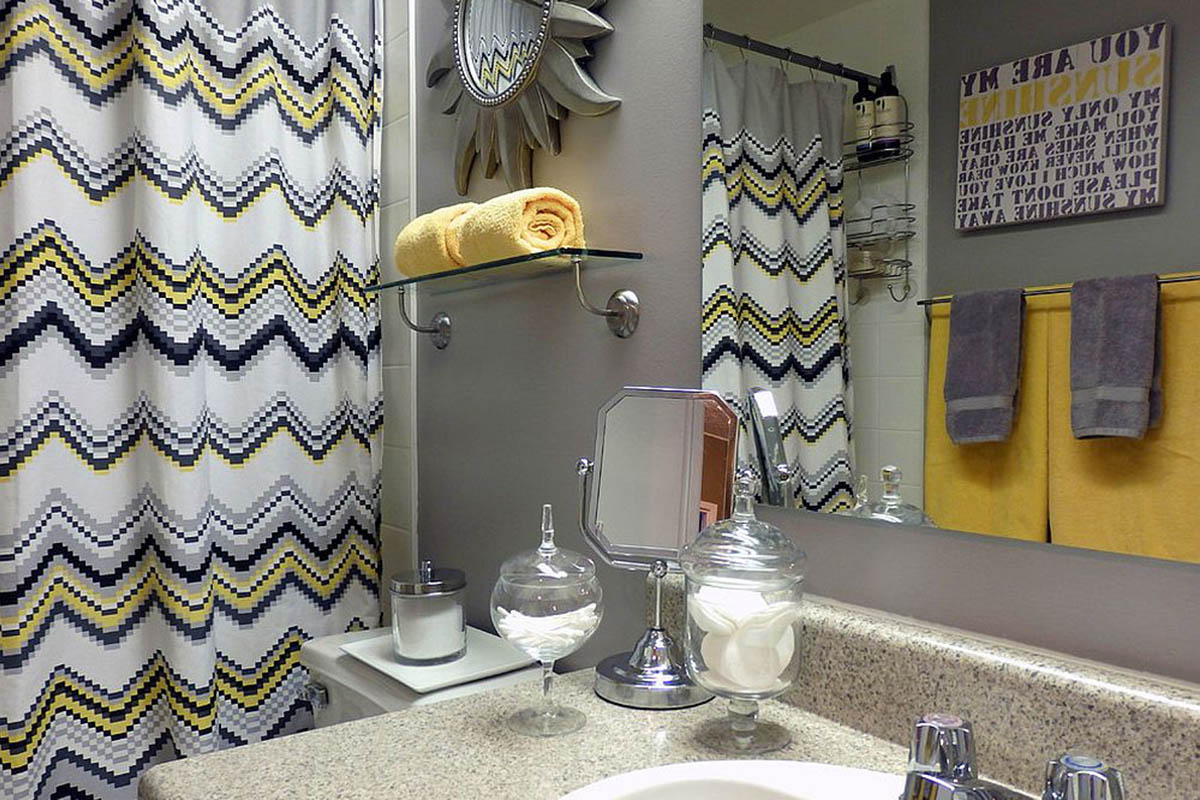 bagno-pareti-giallo-senape 17