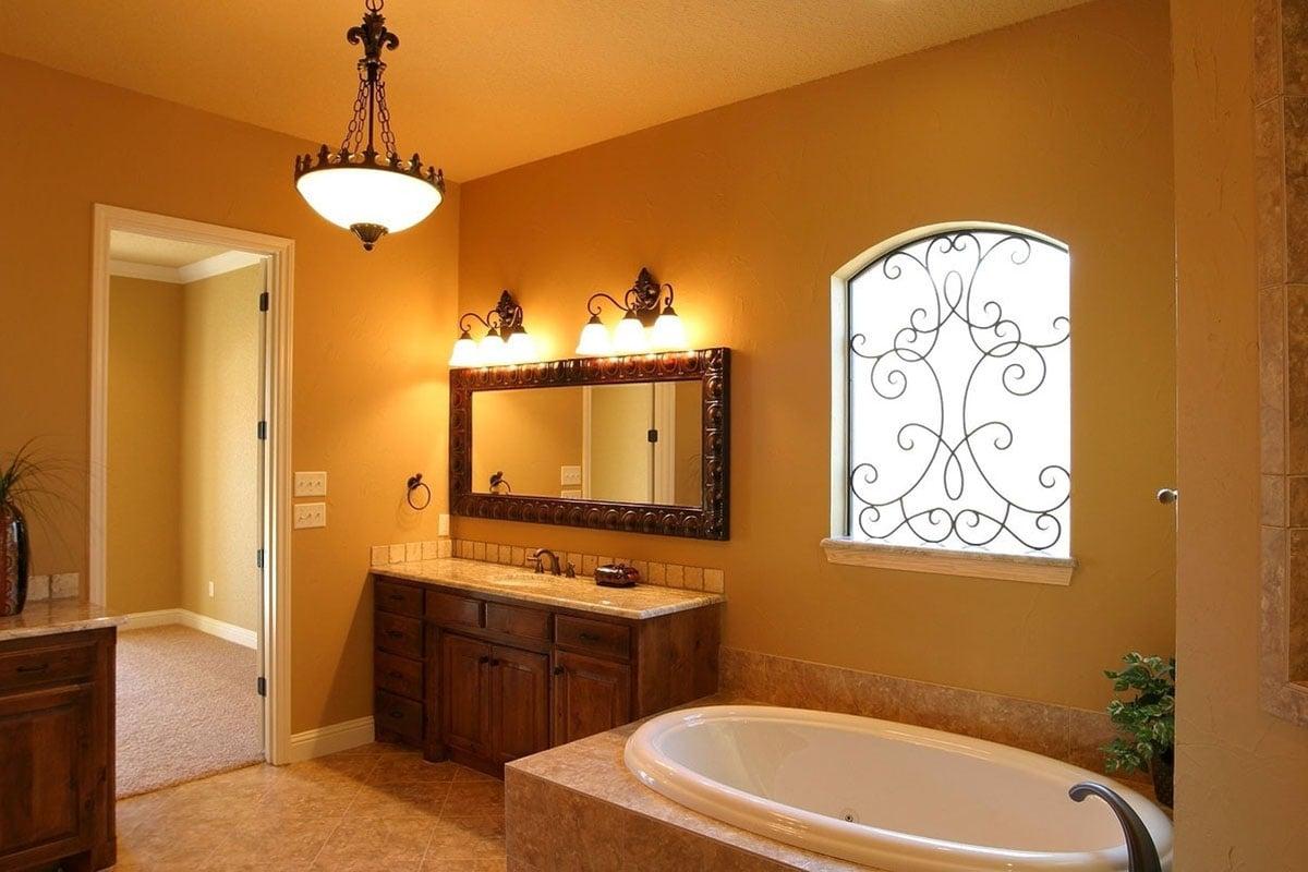 Arredare il bagno con le pareti color giallo senape