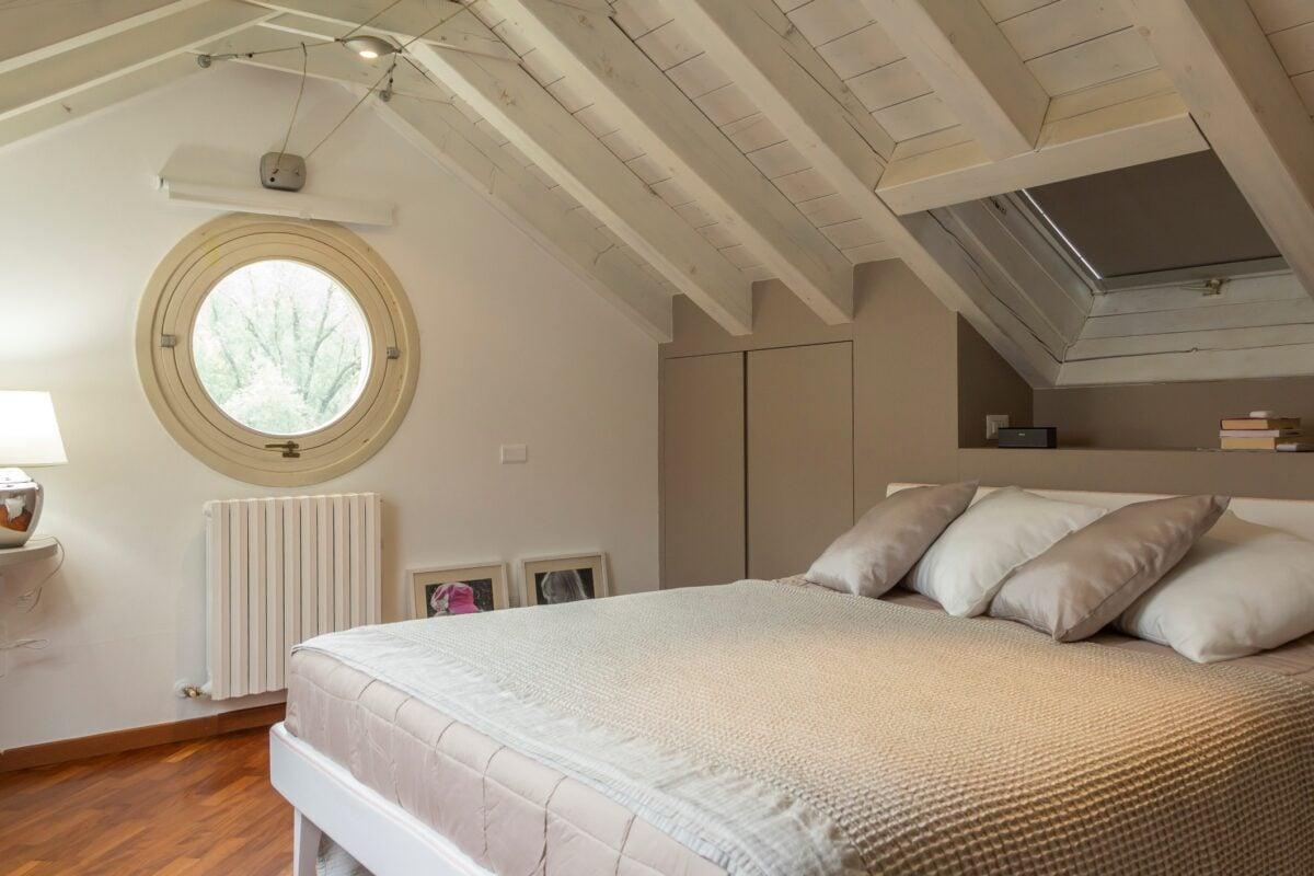 camera-da-letto-classica-per-mansarda