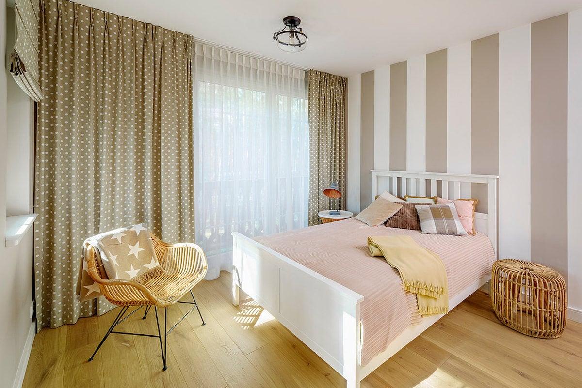 Schlafzimmer in Pudertˆnen mit gestreifter Wand