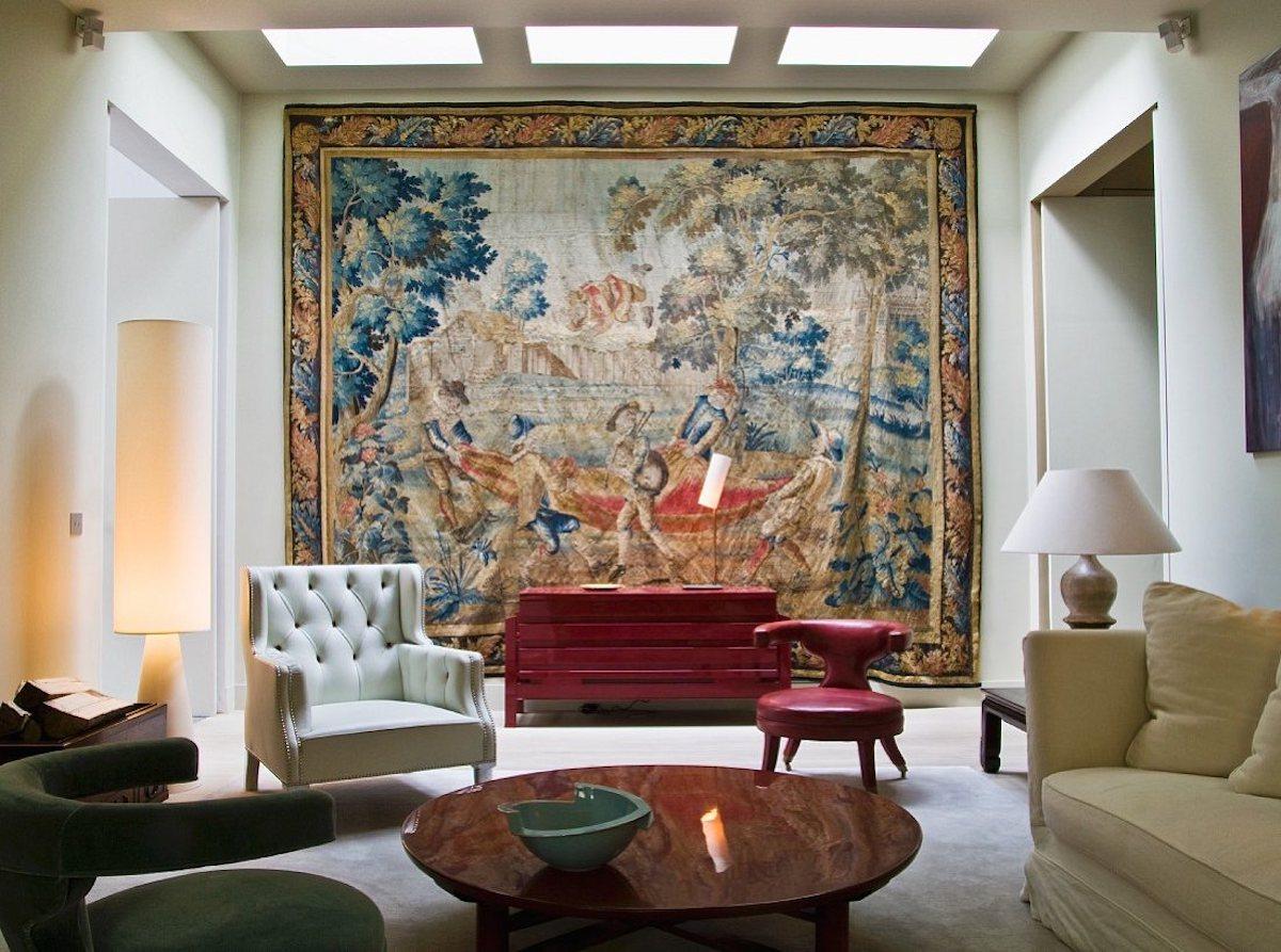 Wohnraum im Stilmix mit Wandteppich & verschiedenen Sitzmˆbeln