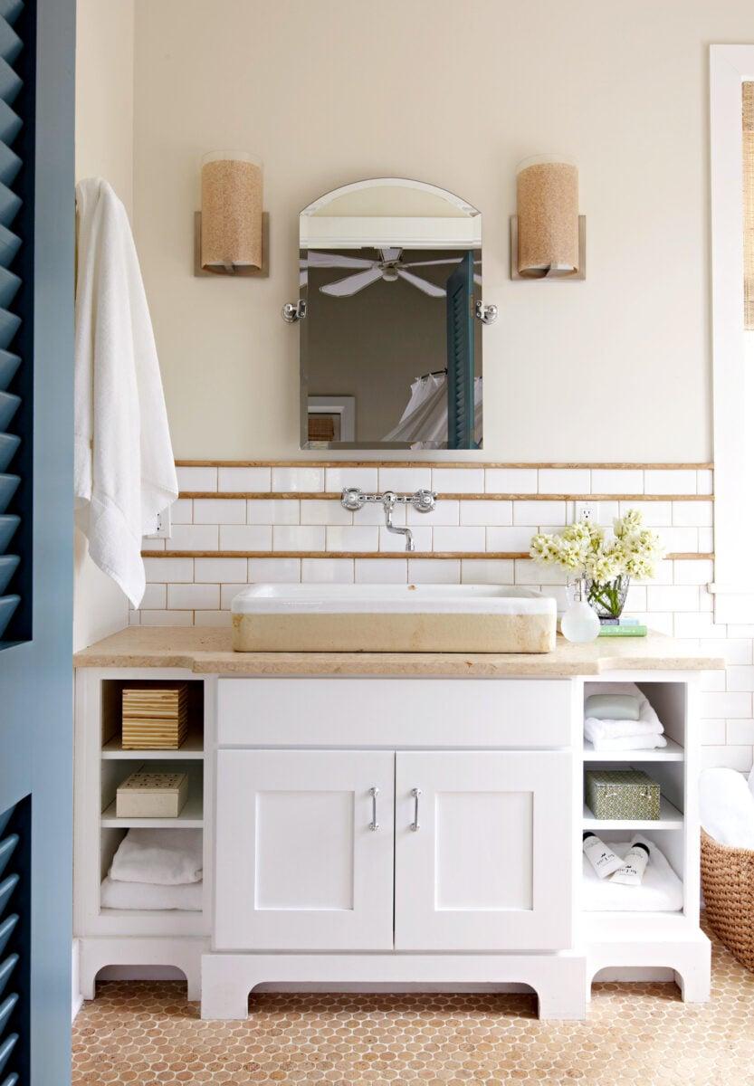 bagno-pareti-avorio-bianco-e-legno-biondo