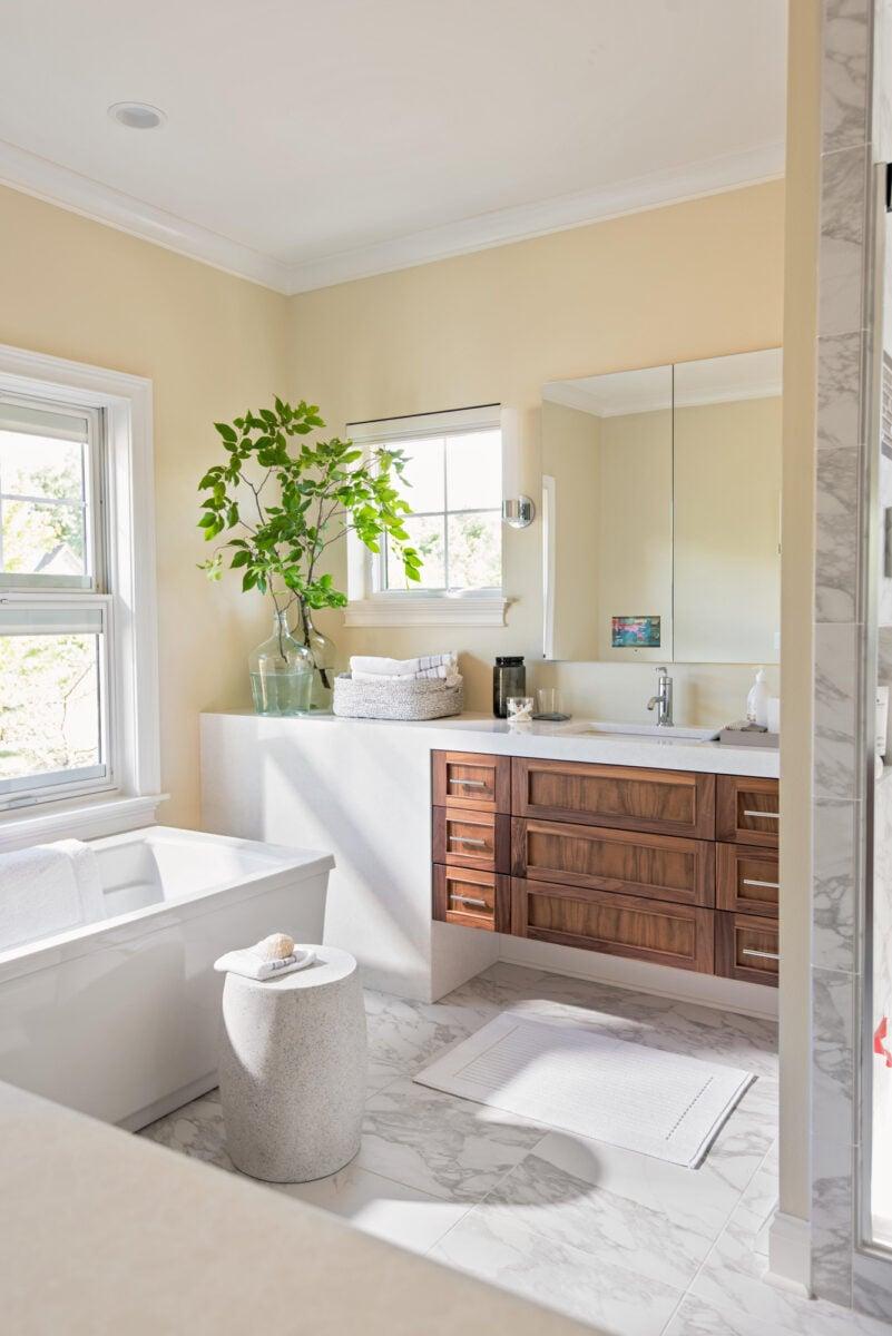 bagno-pareti-avorio-bianco-e-legno-scuro