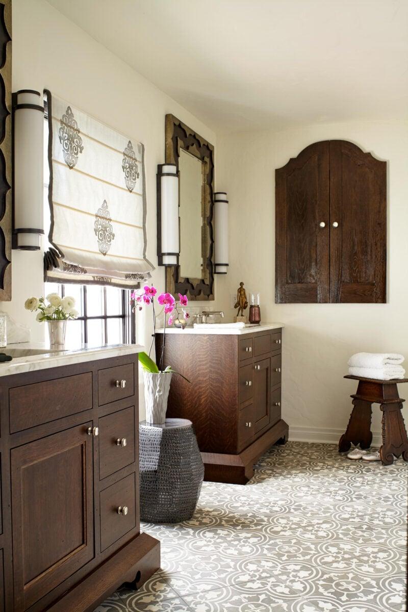 bagno-pareti-avorio-e-mogano