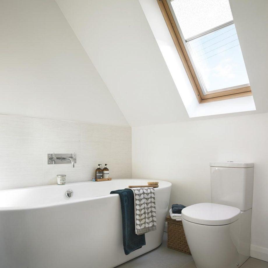 bagno-piccolo-moderno-mansardato-con-lucernario