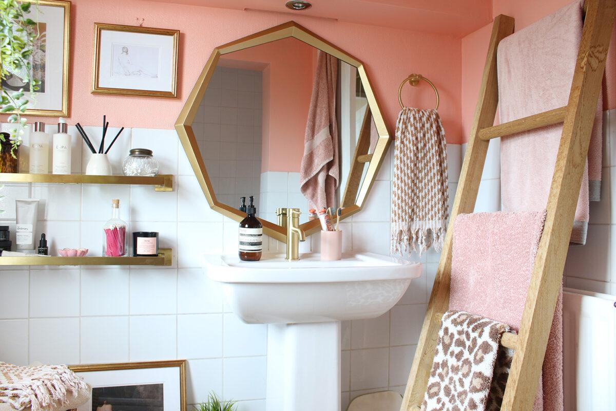 Bagno pareti color albicocca