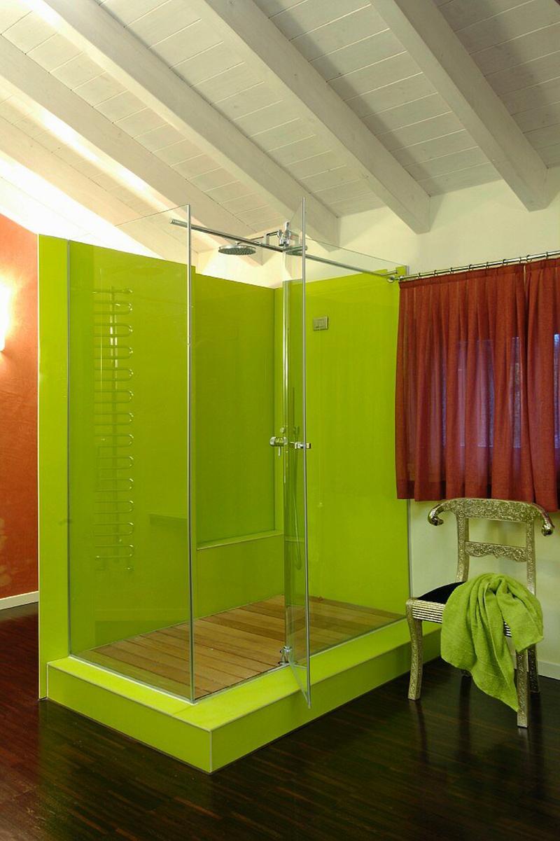 Modernes Badezimmer mit limettengrüner Dusche auf einem Podest