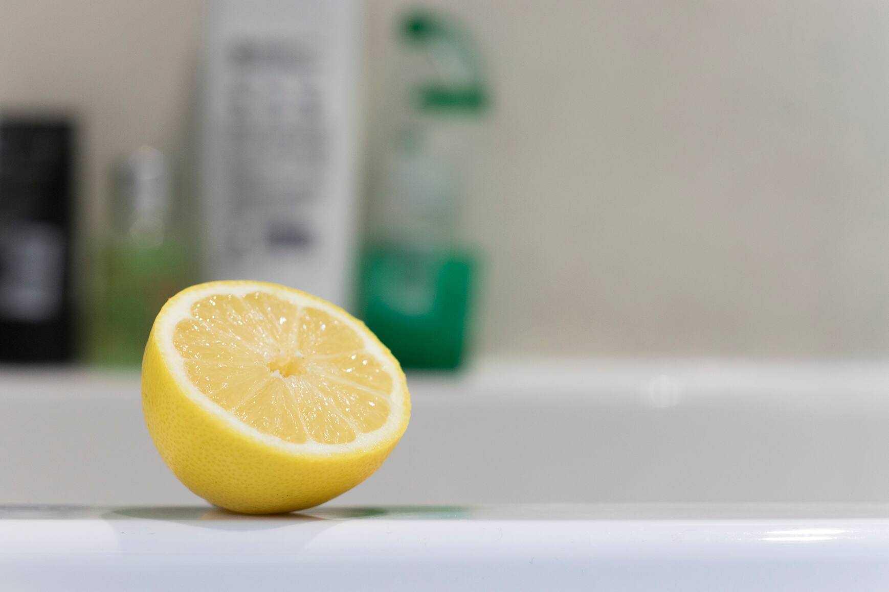 come-sgrassare-mobili-cucina-acciaio-limone