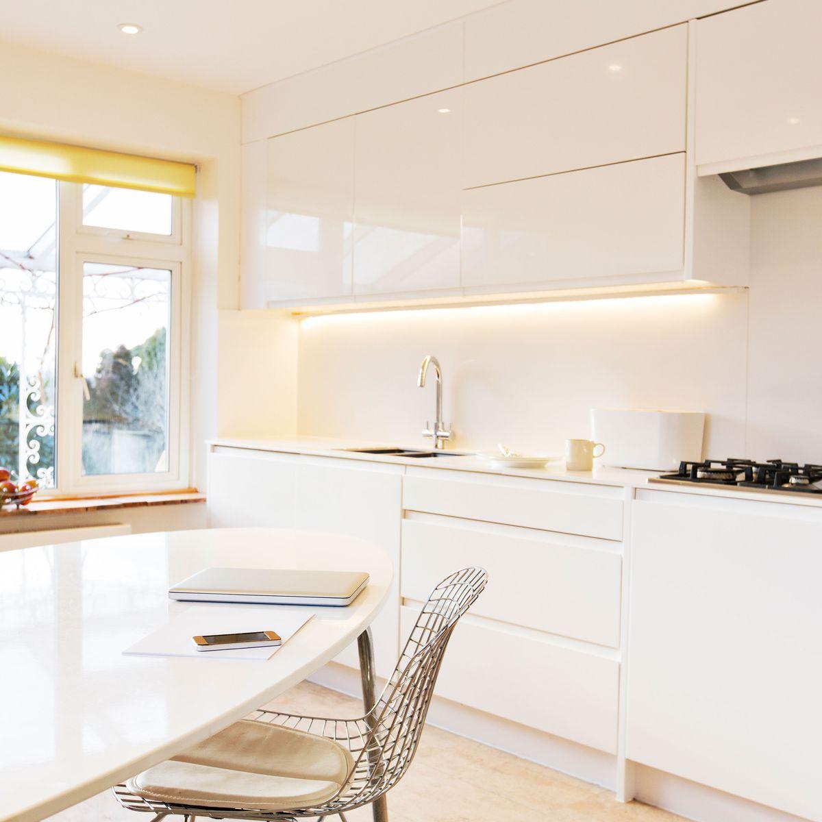 Come illuminare una cucina piccola: idee e consigli