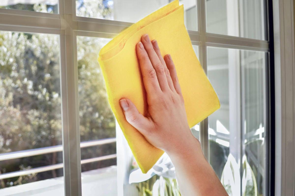 Come togliere gli aloni dai vetri