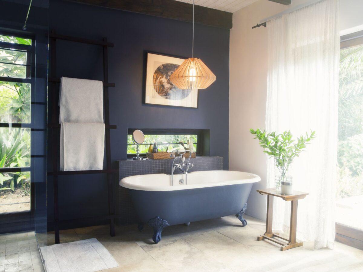 Bagno-colore-pareti-blu-navy-1