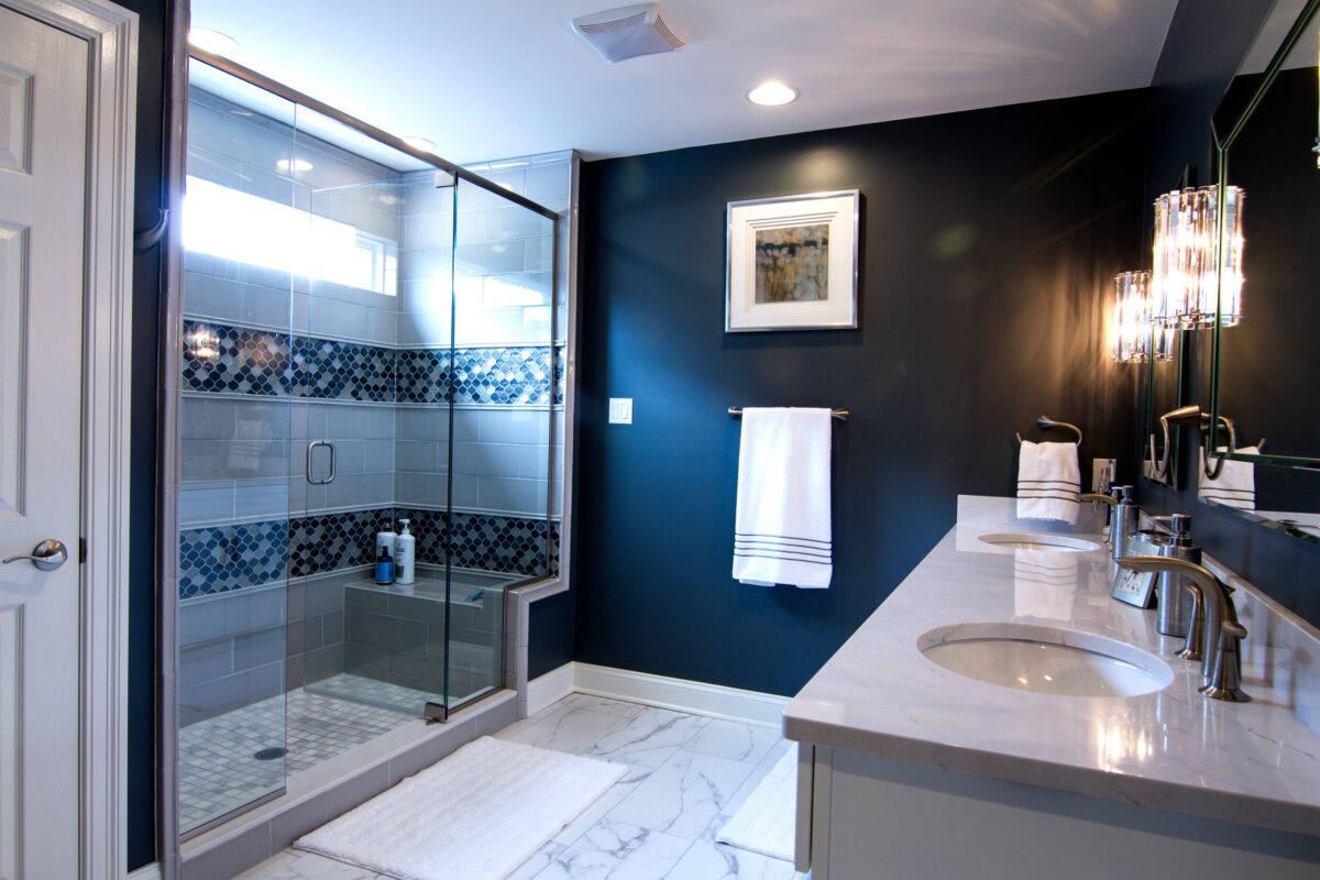 Bagno-colore-pareti-blu-navy-2