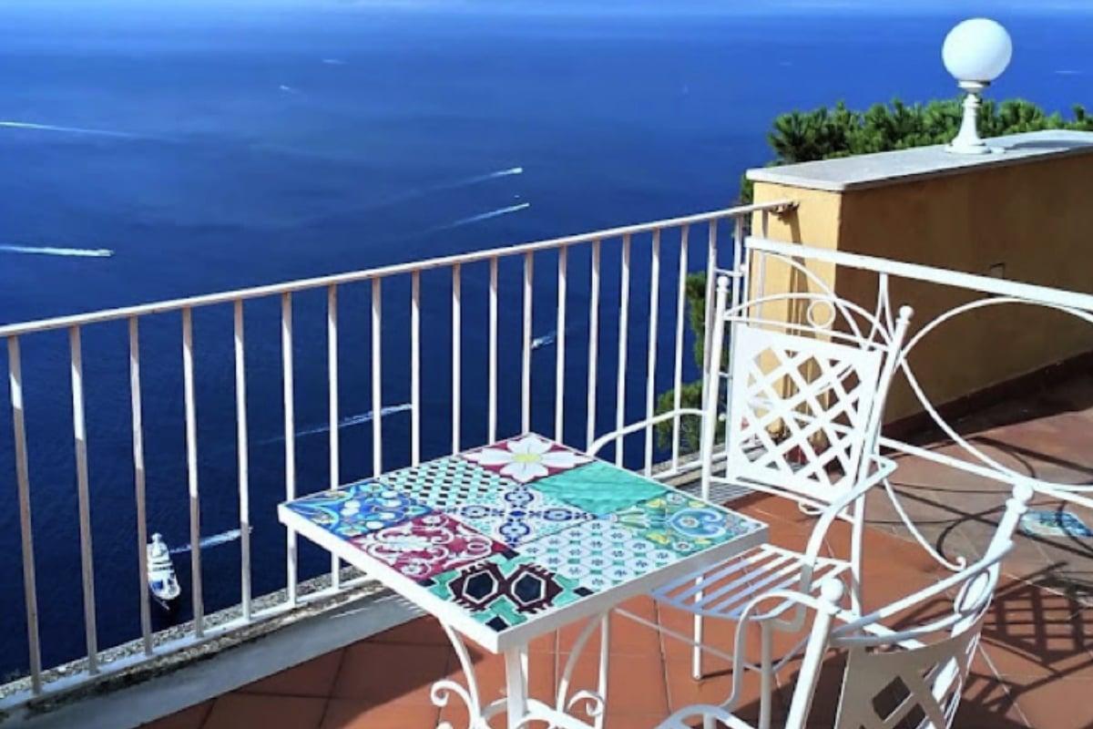 Abbellire il balcone e il terrazzo con le ceramiche vietresi